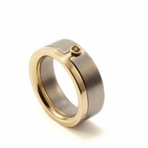 Ring av titan och guld med coffeediamant