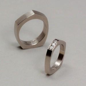 Asymmetriska ringar med fadenfattade diamanter. Petronella Erkisson.