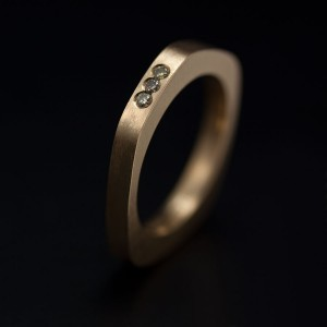 Asymetrisk ring i rött guld med kaffefärgade diamanter. Petronella Eriksson