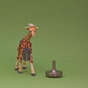 Lilla giraffen har Makis örhänge på huvudet och eriks halsmycke om halsen. Den har sällskap av Tobias titansnurra.