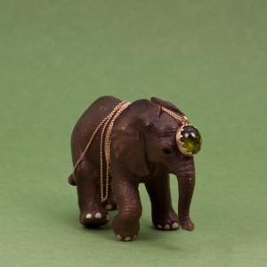 Lilla elefanten med pertonella halsband i guld och turmalin