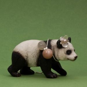 """Pandan bär mitt örhänge """"Begonia"""", Silver med rosa sötvattenspärla och Maki Okamoto Alm s halsband med indisk månsten och silver."""