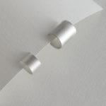 Paper tape silverörhänge från Makiami Paper Shadow collection. Det finns olika storlekar. Maki Okamoto
