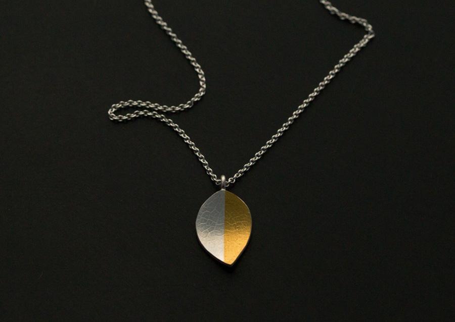 Keumboo, en tecknik för att lägga 24k guld ovanpå silver och binda det där med tryck och värme.