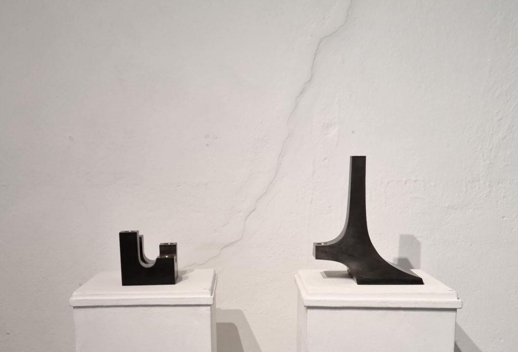 Utställning bland höstlöv och metallkonst. Ljusstakar i järn och mässing av Erik Tidäng.