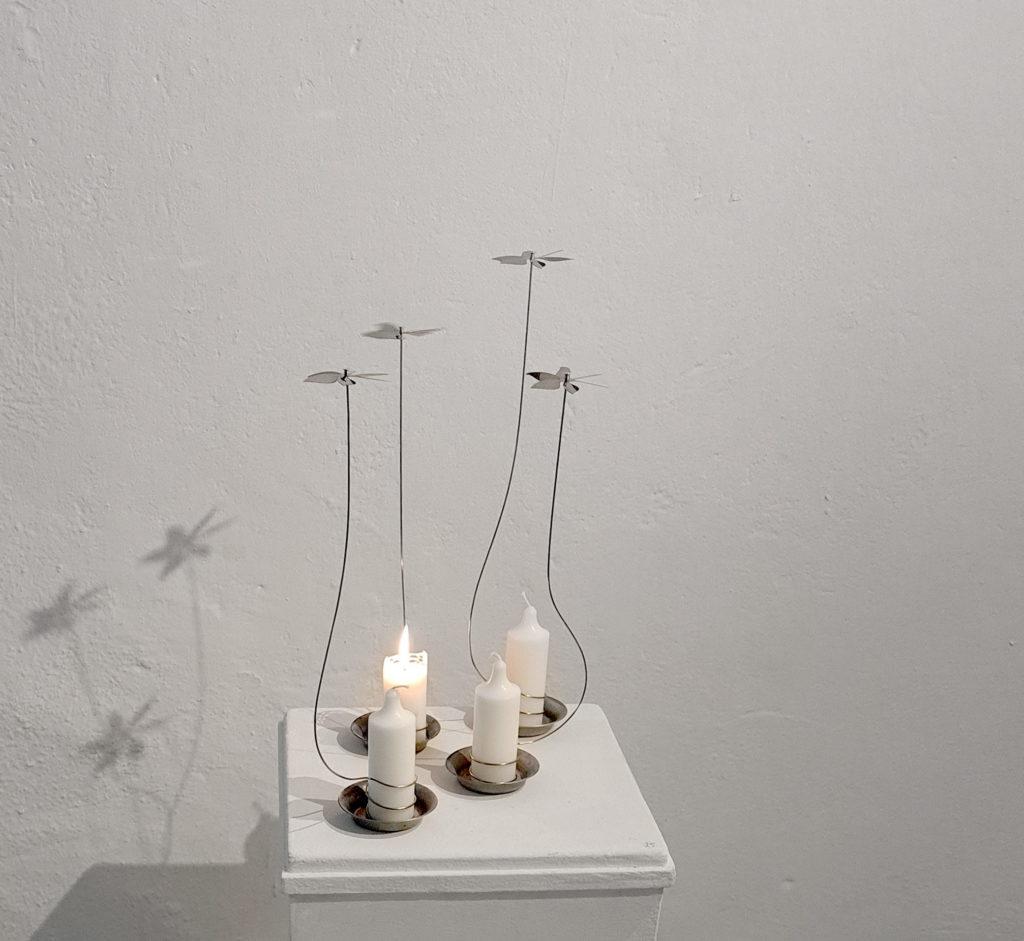 Utställning bland höstlöv och metallkonst. Blomsnurror för blockljus av Petronella Eriksson.