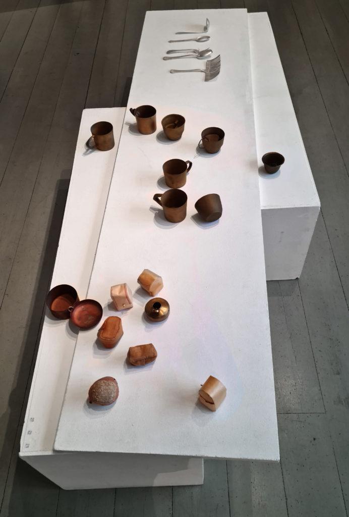 Utställning bland höstlöv och metallkonst. The spoon, The cup, The box av Maki Okamoto.