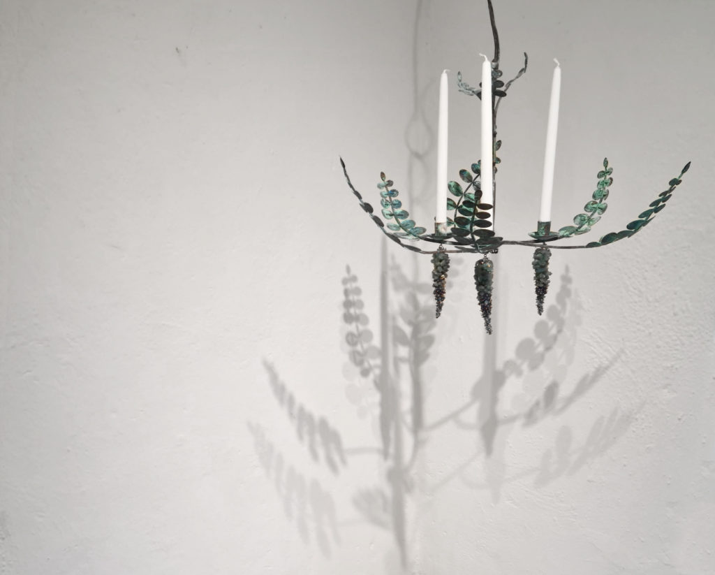 Utställning bland höstlöv och metallkonst. Ljuskrona av Pernilla Sylwan i koppar