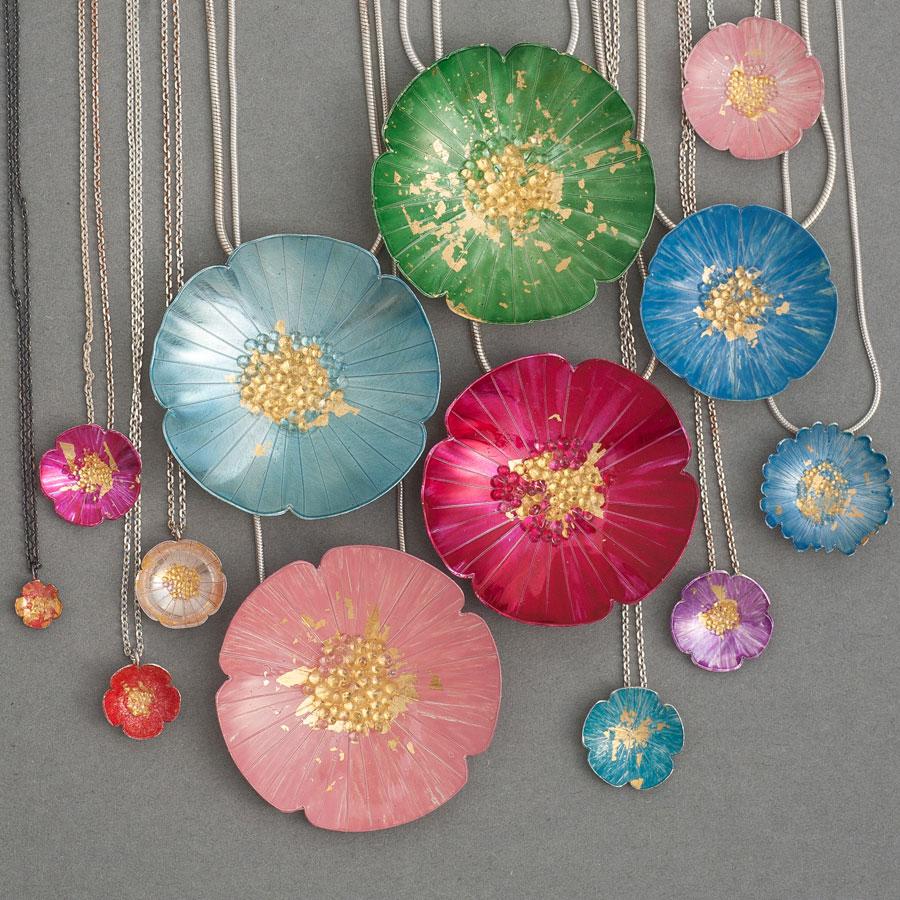 Blomhalsband i många färger, silver och emaljlack av Pernilla sylwan