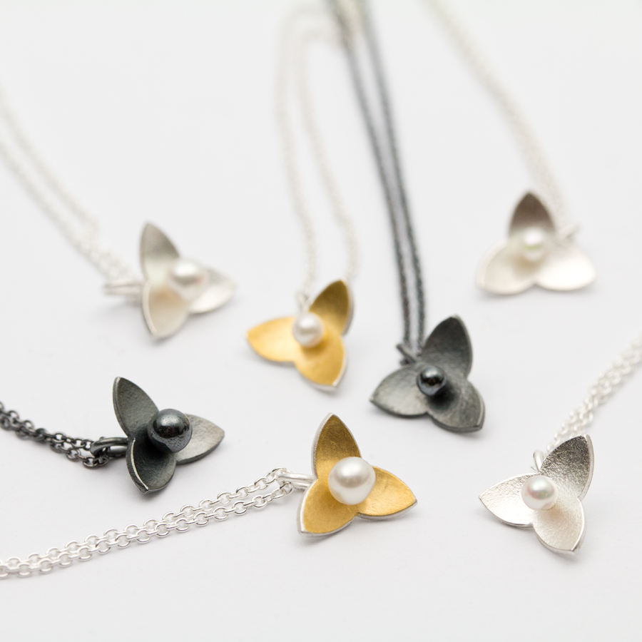 Halssmycke av Petronella Eriksson. Silver, 24k guld och oxiderat silver. En liten dvärgmåra att bära till fest och vardag.