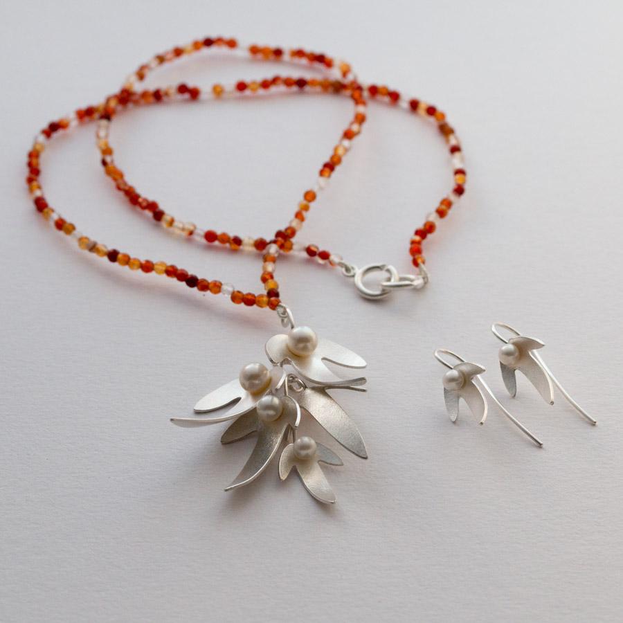 Silversmycke med avenboksfrukter i silver, sötvattenspärlor och carneoler.
