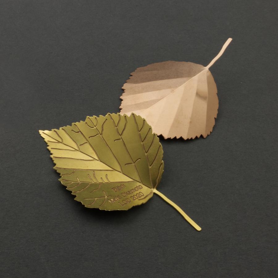 Etsade löv Björk, Maki Okamoto. ca 4 cm bredd finns i mässing och koppar 150 kr/st