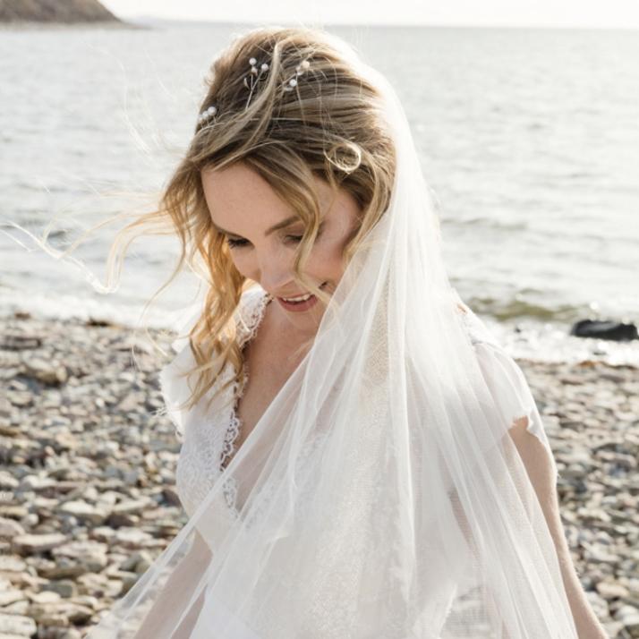 Beställ egen unik kärleksgåva. Brudkrona av Petronella Eriksson i silver och vita pärlor.