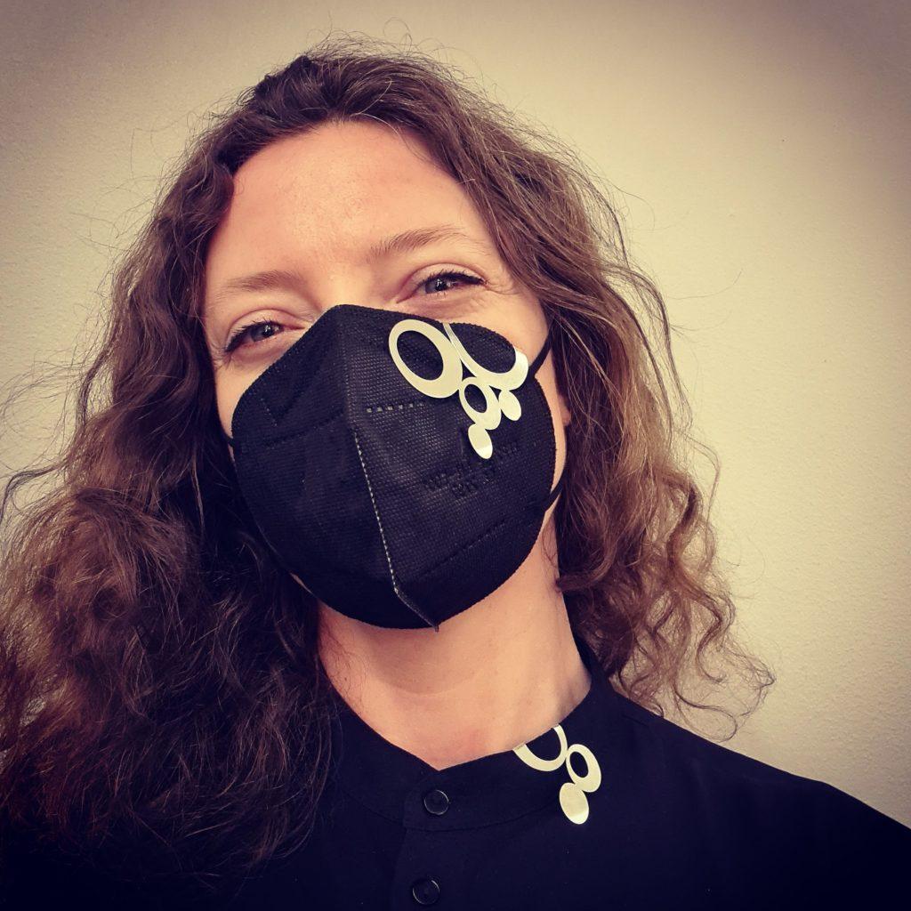Munskyddssmycken på Galleri LOD Bubblor i silver för att blinga ditt munskydd med. Gjorda av Anna Nordström