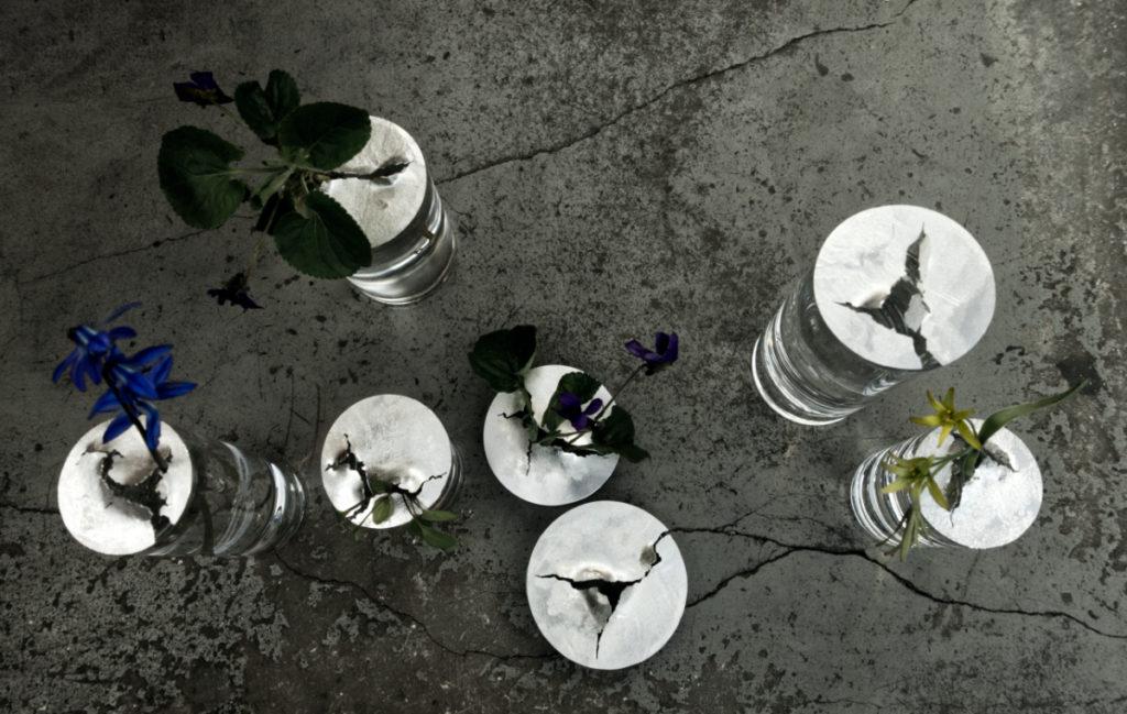 Annas Nordströms nya vaser i glas och silver för den ensamma vårblomman eller de kraftfulla ogräsen som förvånar och förtjusar oss med sin växtkraft.
